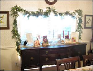 рождественская гирлянда над столом в кабинете