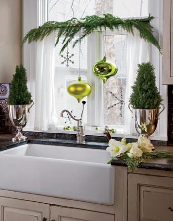 рождественский декор в кухне - ветка и елочные игрушки на окне