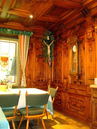 Зал ресторана, обшитый деревом, в гостинице в Тироле