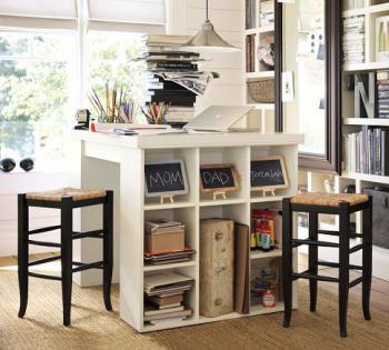 белый квадратный стол для рабочего офиса