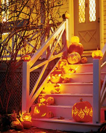 Хэллоуин - светящиеся тыквы на лестнице