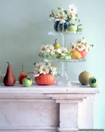 композиция осенние фрукты и цветы на мраморн