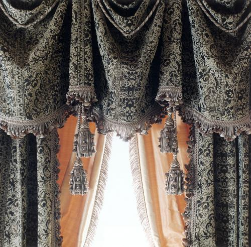 Фрагмент штор в кабинете дворцового стиля