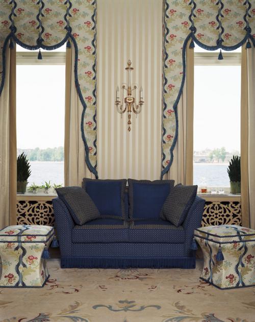 Дворцовый стиль классической гостиной с синим диваном. Вид на окна.