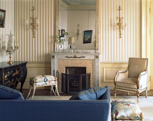 Классическая гостиная с синим диваном. Дворцовый стиль