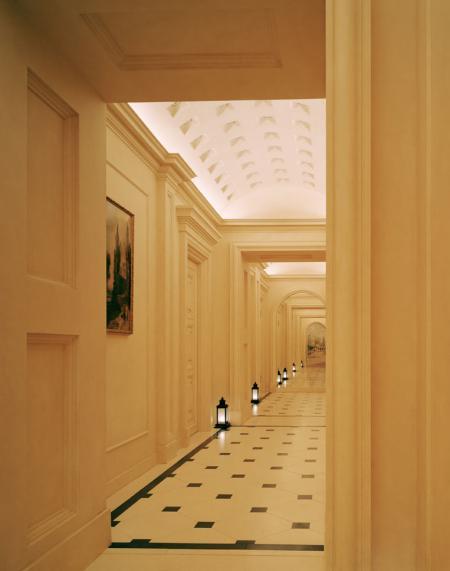 Классический парадный коридор в дворцовом стиле, светильники на полу