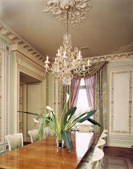 Классический интерьер петербургской квартиры в дворцовом стиле, гипсовая лепнина