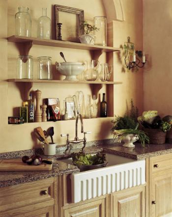 Полки над мойкой на кухне