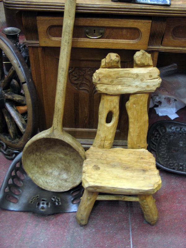 деревянный стульчик и ковш с блошинокго рынка