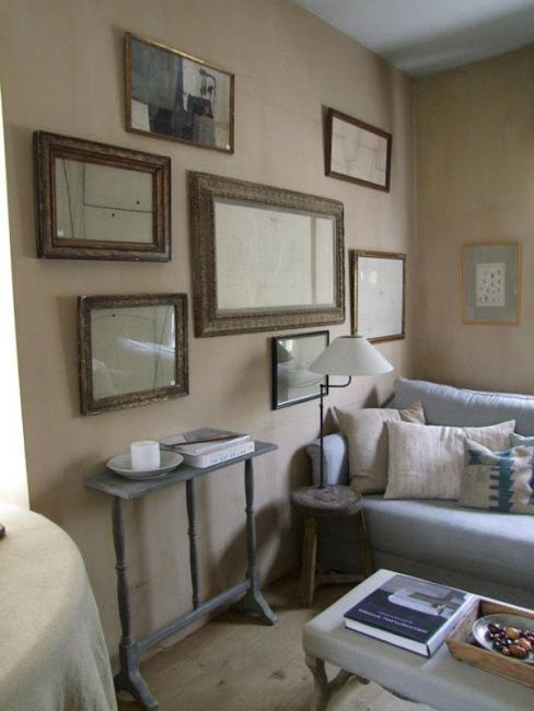 композиция из рам в гостиной -бельгийский интерьер