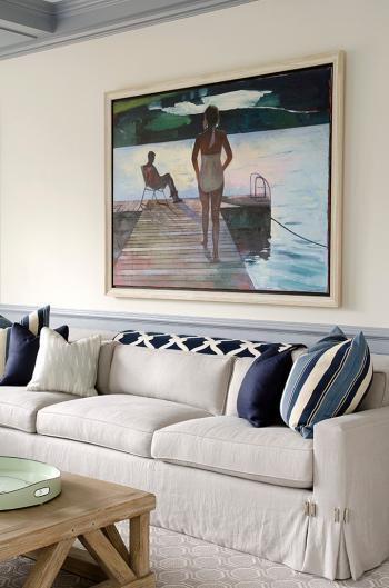 картина с купальщицей над диваном в гостиной