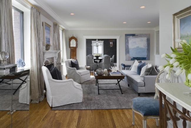 гостиная с белыми диванами и креслами в морском стиле в интерьере