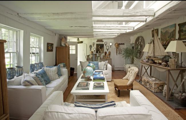 морской стль в интерьере - белые балки, стены, голубой текстиль и модель парусника
