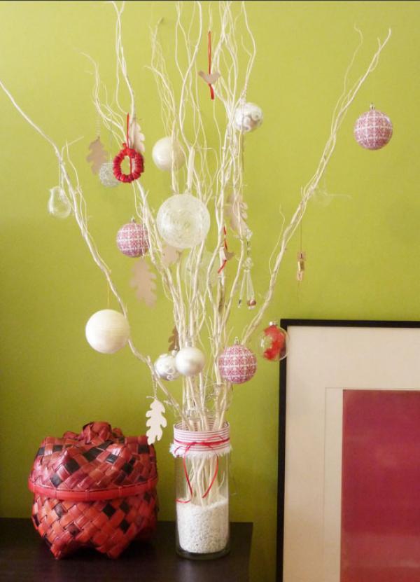 белые ветки, украшенные шарами