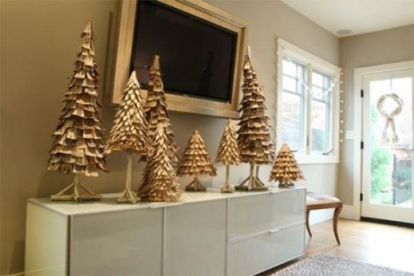 композиция из декоративных золотых елок