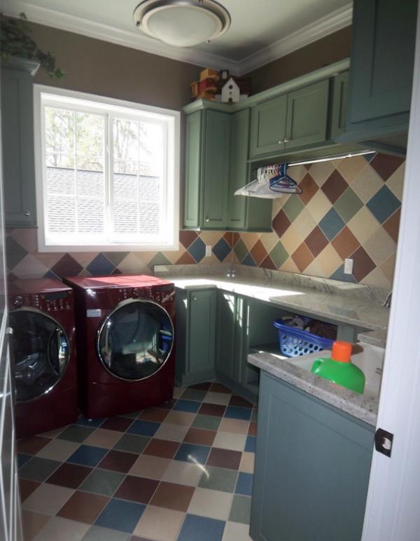 цветные стиральная машина и сушка и пол в клетку