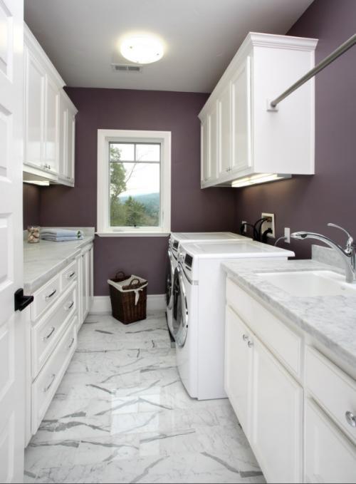 узкая постирочная с фиолетовыми стенами