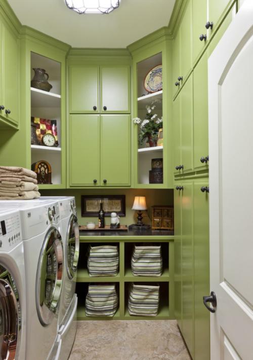 узкая постирочная с зеленой мебелью