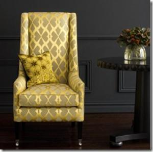 желтое кресло на темном фоне стены