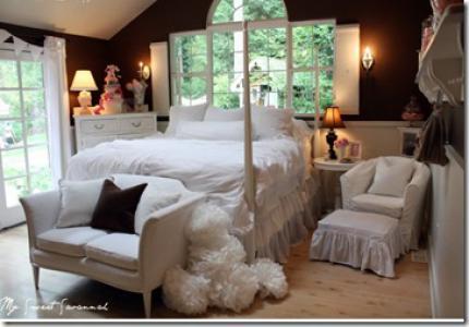 темно-коричневые стены в спальне белое покрывало