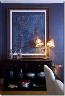 темные стены цвета ультрамарин