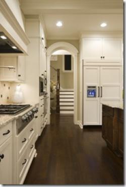 темные полы в традиционной белой кухне