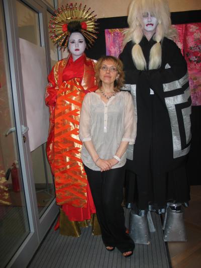 люди в японских костюмах