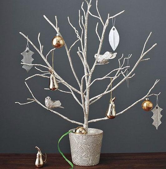 новогоднее деревце, оклееное бумагой и украшенное игрушками